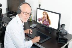 视频编辑器在他的演播室 免版税库存图片