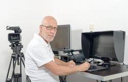 视频编辑器在他的演播室 免版税图库摄影