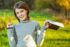 角度书女孩纵向 免版税图库摄影
