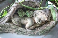 角度在庭院里装饰的睡觉雕塑 图库摄影