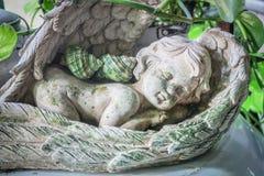 角度在庭院里装饰的睡觉雕塑 免版税库存图片