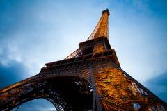 角度埃菲尔晚上巴黎宽射击塔 库存照片