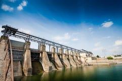 角度宽水坝视图 免版税库存照片