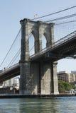 角度桥梁向上游布鲁克林端 免版税库存图片