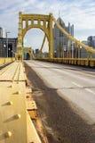 从角度的黄色桥梁 免版税库存照片