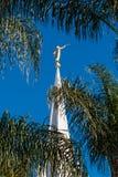 角度莫罗尼被镀金的雕象在圣地亚哥LDS摩门教堂上面的 免版税图库摄影