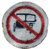 角度蓝色路标色彩视图宽 乘坐被禁止的三轮车 库存照片