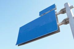 角度蓝色路标色彩视图宽 免版税库存图片