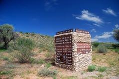 角度蓝色路标色彩视图宽 Kgalagadi境外公园 北开普省,南非 免版税图库摄影