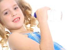 角度被装瓶的饮用的女孩少许水 免版税库存照片