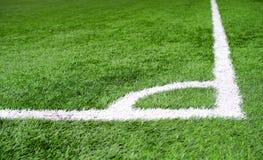 角球区在人为草皮足球或橄榄球场的粉笔线 图库摄影