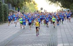 主角的女孩通过跑竞争者跟随了 图库摄影