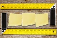 直角的工具和稠粘的笔记 免版税库存图片