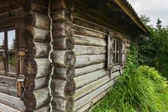 角落和俄国村庄的墙壁采伐小屋 免版税库存照片