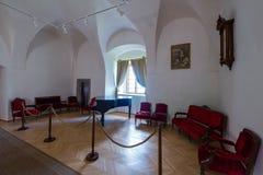 角落在有家具的博物馆由天鹅绒镀层和黑老钢琴制成 免版税库存图片