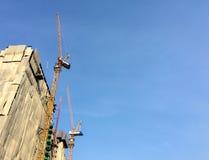 角落的建造场所在与清楚的天空的晴天,对输入文本的空间使用了作为模板 免版税库存照片