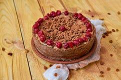 角豆树馅饼用樱桃在木背景的ans葡萄干 搽粉的角豆树饼用樱桃 免版税库存图片