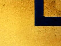 直角黄色墙壁的黑色 免版税库存照片
