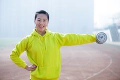 解决与哑铃的健身妇女 免版税库存照片