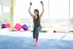 解决与哑铃的健身成熟妇女 r 免版税库存照片