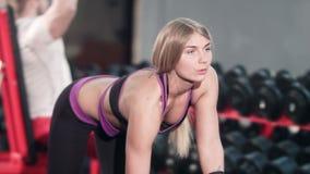 解决与哑铃的妇女在健身房 股票录像