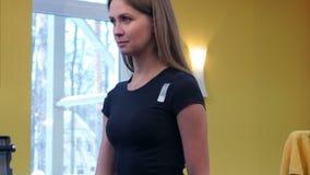解决与哑铃的少妇在健身房 股票录像