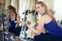 解决与重量的适合的健康妇女 免版税库存图片