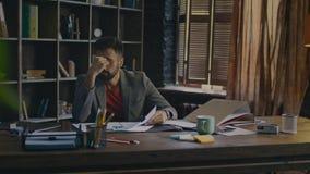 解决业务问题的被用尽的人 办公室工作者在桌上说谎 股票录像