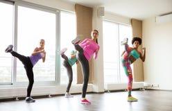 解决和战斗在健身房的小组妇女 免版税库存图片