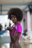 解决在与哑铃的一间crossfit健身房的妇女 免版税图库摄影
