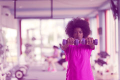 解决在与哑铃的一间crossfit健身房的妇女 免版税库存照片