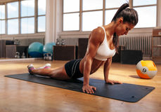 解决在健身俱乐部的适合的妇女 库存照片
