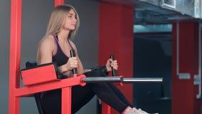 解决在健身房的健身妇女 库存照片