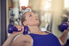 解决在健身房的可爱的少妇 免版税库存图片