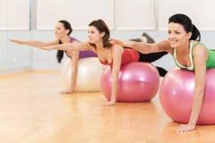 解决在健身房的妇女做pilates 免版税库存照片
