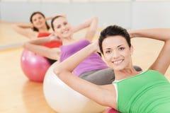 解决在健身房的妇女做pilates 免版税库存图片