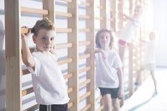 解决在健身房的孩子 免版税库存图片