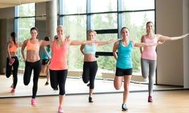解决在健身房的小组妇女 免版税图库摄影