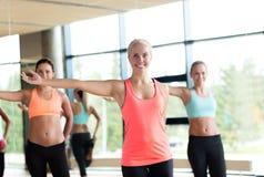 解决在健身房的小组妇女 库存照片