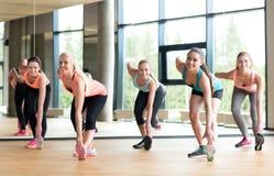 解决在健身房的小组妇女 库存图片