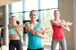 解决在健身房的小组妇女 免版税库存照片