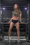 解决在健身房的年轻美丽的亚裔妇女画象  免版税图库摄影