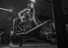 解决在健身房的年轻美丽的亚裔妇女画象  库存照片