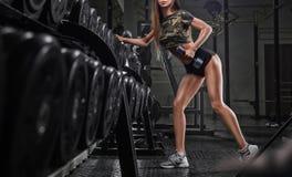 解决在健身房的年轻美丽的亚裔妇女画象  库存图片