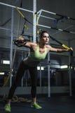 解决在健身房的强有力的可爱的肌肉妇女CrossFit教练员 免版税库存图片