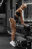 解决在健身房的性感的运动女孩 执行执行健身妇女 在皮带的性感的美好的靶垛 库存图片