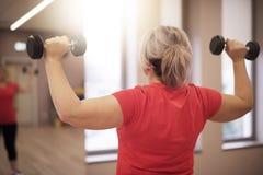 解决在健身房的成熟妇女 免版税库存照片