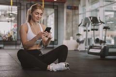 解决在健身房的美丽的年轻健身妇女 图库摄影