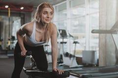 解决在健身房的美丽的年轻健身妇女 免版税库存图片
