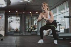 解决在健身房的美丽的年轻健身妇女 库存图片